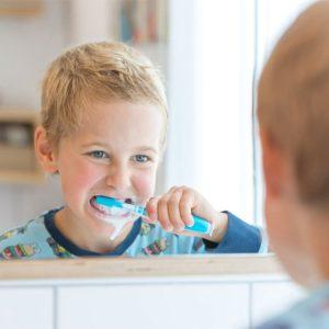 Junge putzt seine Zähne Kinderzahnheilkunde