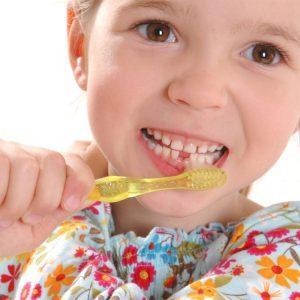 Mädchen putzt seine Zähne Kinderzahnheilkunde